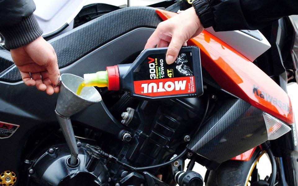 Thay nhớt môtô Motul 300V cho Kawasaki Z1000