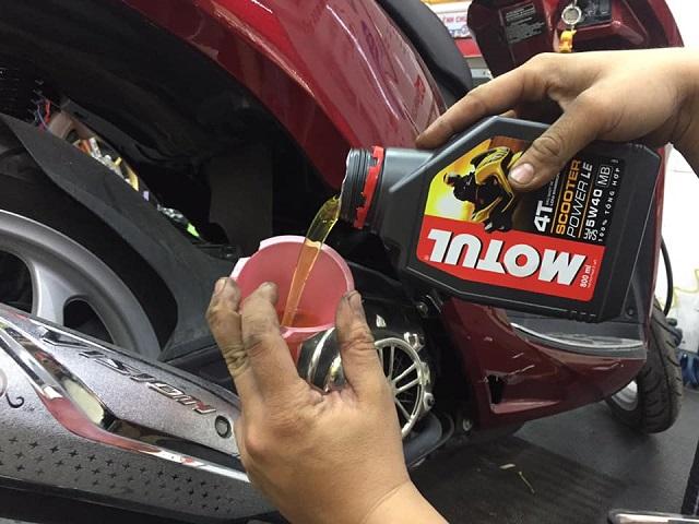 Thay nhớt Motul Scooter Power LE và nhớt lap cho Honda Vision